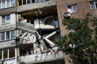 Обстрелянный боевиками дом в Донецке