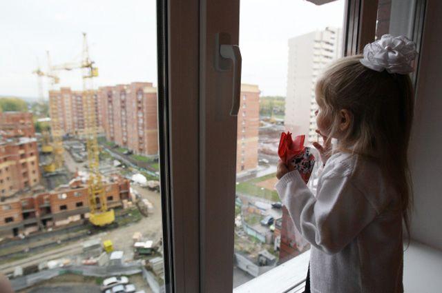 Не позволяйте детям играть на окне, даже закрытом.