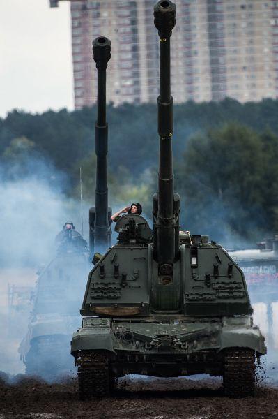 Участники выставки смогли увидеть зенитный ракетно-пушечный комплекс «Панцирь-С», а также участницу церемонии открытия Чемпионата мира по танковому биатлону самоходную гаубицу «Мста-С».
