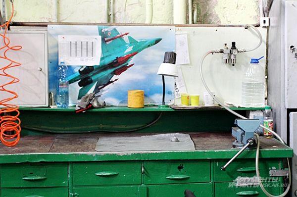 Одно из рабочих мест, где производятся детали для Су-34.