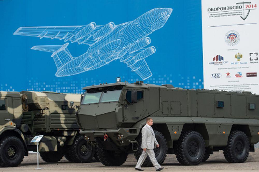 Внушительно выглядели бронеавтомобили повышенной защищённости КАМАЗ-63968 «Тайфун».