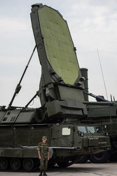 Одновременно зенитно-ракетный комплекс С-300ВМ может обстреливать 24 аэродинамические цели.