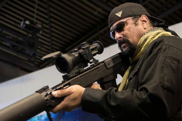 Стивен Сигал на выставке ведущего российского оружейного концерна «Калашников», где ему показали новую российскую гражданскую винтовку «Сайга-9», пистолет Ярыгина, успешно прошедший предварительные госиспытания и готовый к приёмке, а также один из самых надёжных пистолетов в мире — пистолет Макарова.