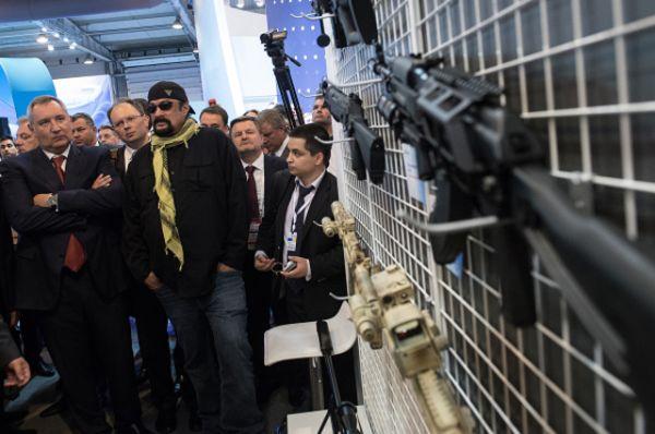 Украшением второго дня выставки стало появление голливудской звезды Стивена Сигала. Ведущие разработчики электроники продемонстрировали актёру систему управления воздушным движением «Галактика», в которой очень заинтересованы коллеги из Китая.