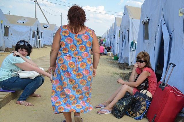 Беженцев размещают в пунктах временного размещения.