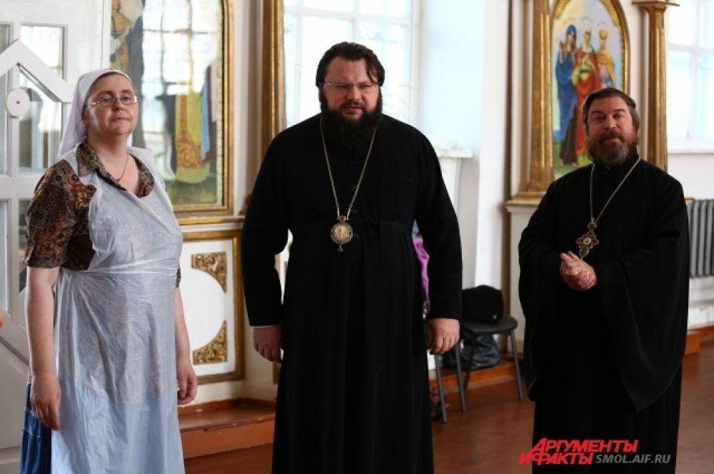 Руководитель социального отдела Смоленской епархии Елена Элькинд, епископ Исидор и протоиерей Михаил Горовой.