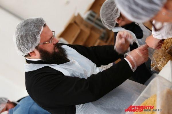 Епископ Смоленский и Вяземский Исидор принял участие в фасовке обедов для беженцев.