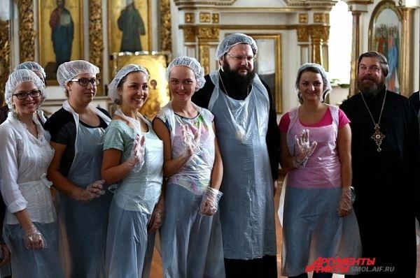 Епископ Исидор с волонтерами.
