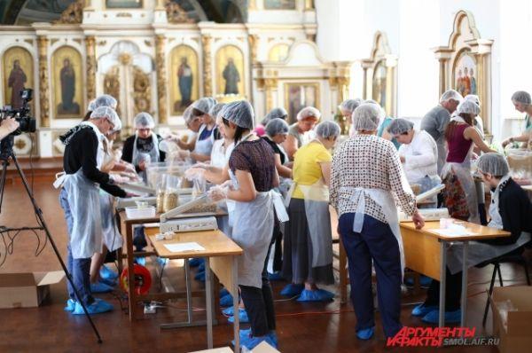 Фасовка обедов производится в здании Богоявленского собора.