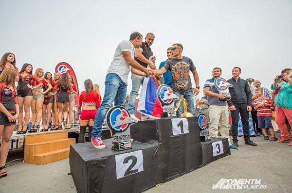 Победители поздравляют друг друга с победой.