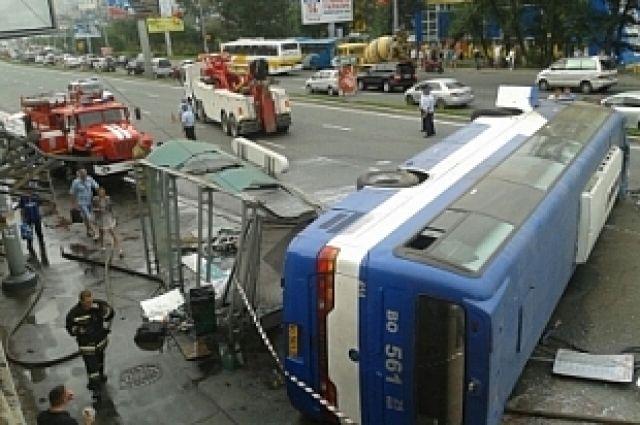 Слетев с верхнего участка дороги, автобус завалился на бок.