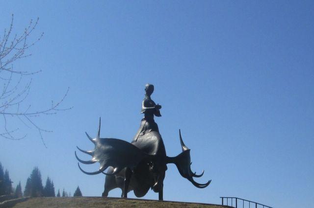 Скульптура «Золотая Шория» символизирует связь прошлого и настоящего, добросердечное приветствие всего нового.