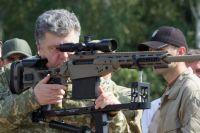 Президент Украины Петр Порошенко знакомится с современными образцами вооружения