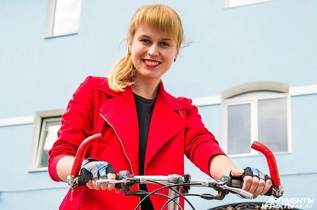 Первым делом я заменила старую синюю изоленту на рогах руля на красную, под цвет самого велосипеда и губной помады