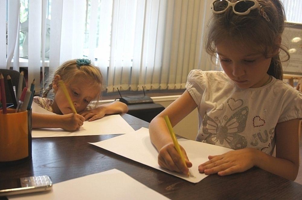 Юные художники тут же взялись подражать мастеру.