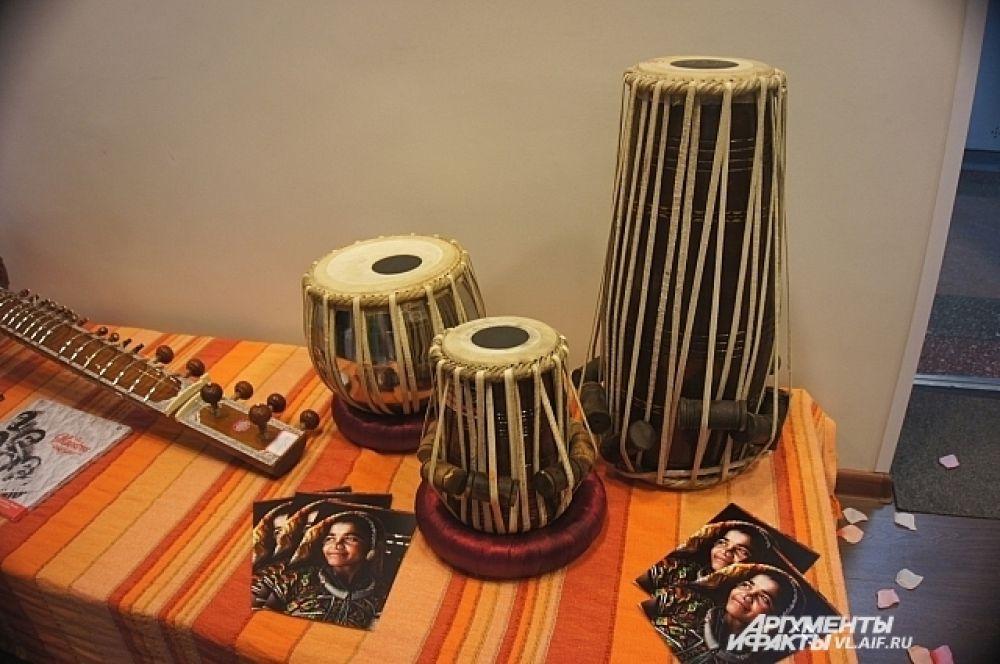 Настоящие индийские музыкальные инструменты.