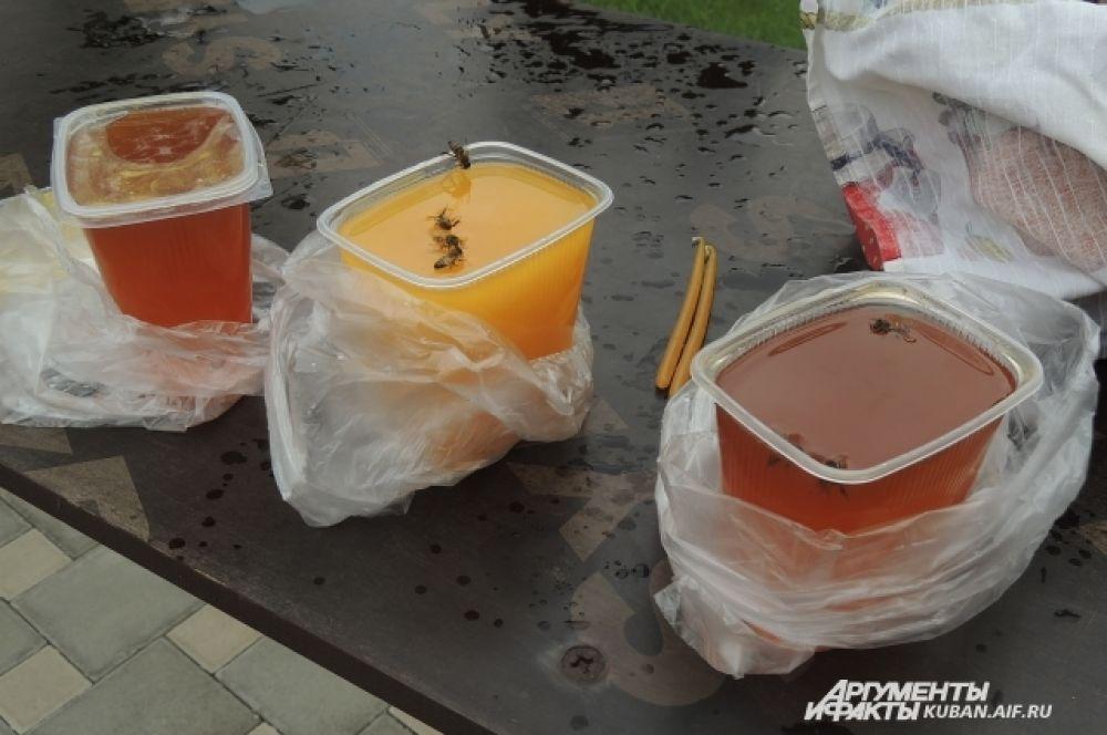 Пчелы садятся на мед и тонут в нем.