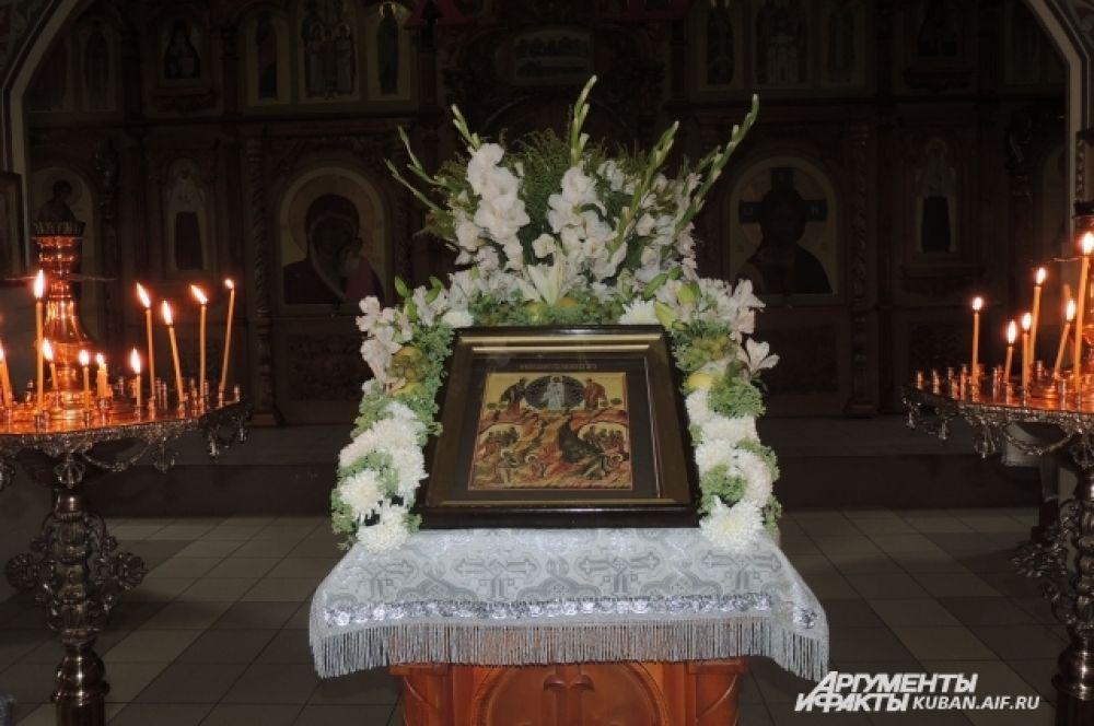 Икона Преображения Господня в Храме в цветах и винограде.