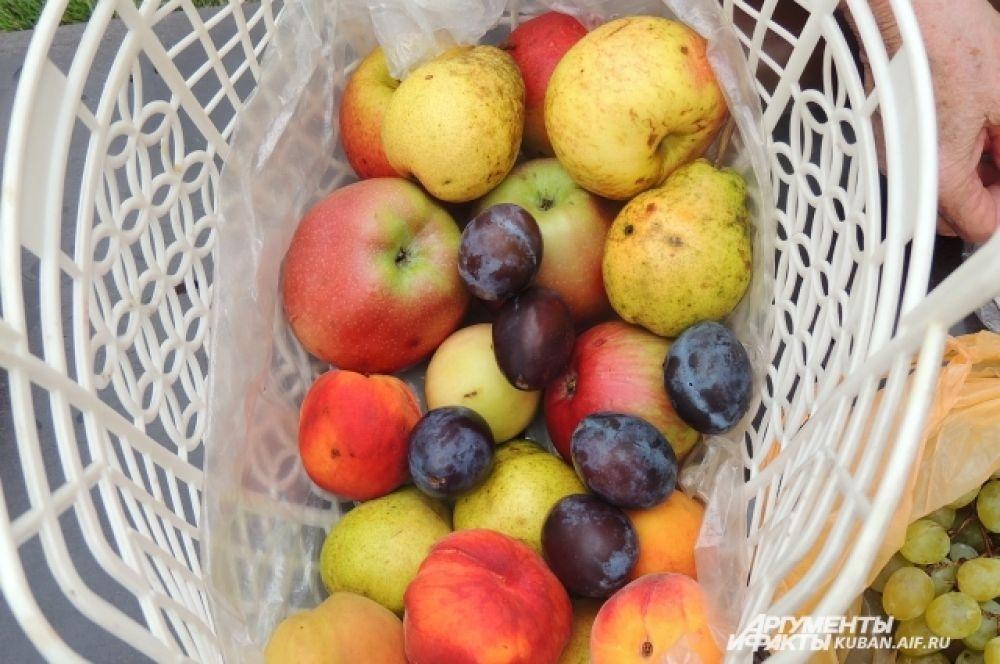 Плоды, которые принесли прихожане для освящения.