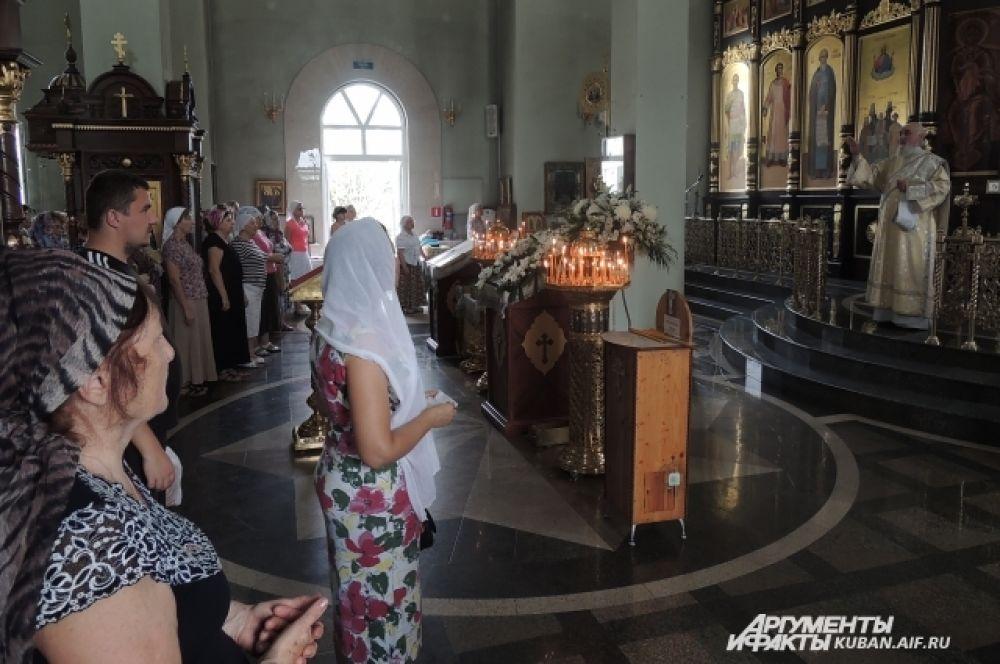 В храме отец Николай проводит утреннюю службу.