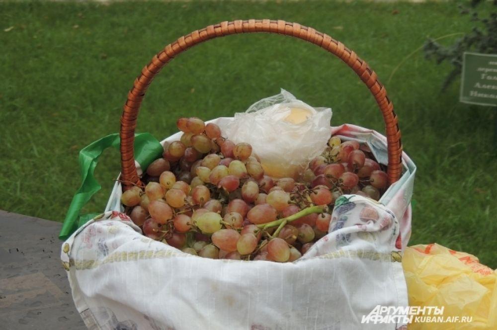 В день Преображения Господня на утренней службе издавна было принять освящать именно виноград, символизирующий кровь Иисуса.