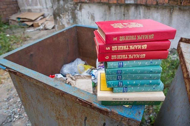 Когда-то за книгами выстраивались очереди, теперь они - «портят интерьер».