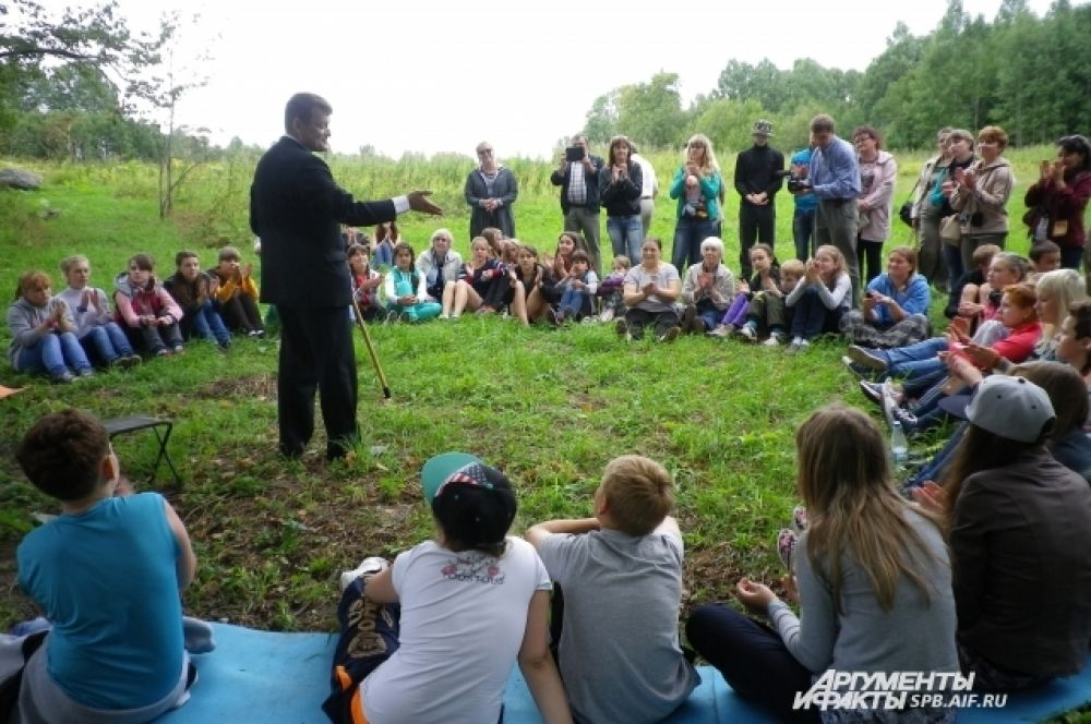 У слепневского дуба гости фестиваля выступили перед ребятами из местных школ.