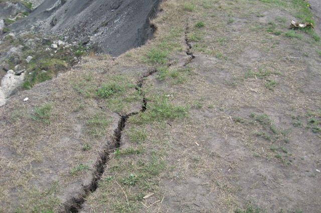 Из-за изменённого русла может возникнуть стихийное бедствие - оползень.