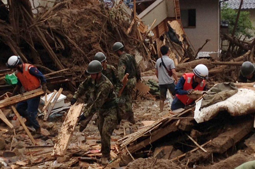 Оползень нанёс ущерб 10 жилым домам в нескольких кварталах Хиросимы. 764 человека находятся во временных убежищах, из-за угрозы повторных оползней и наводнений местные власти рекомендовали эвакуироваться более 65 тыс. человек.