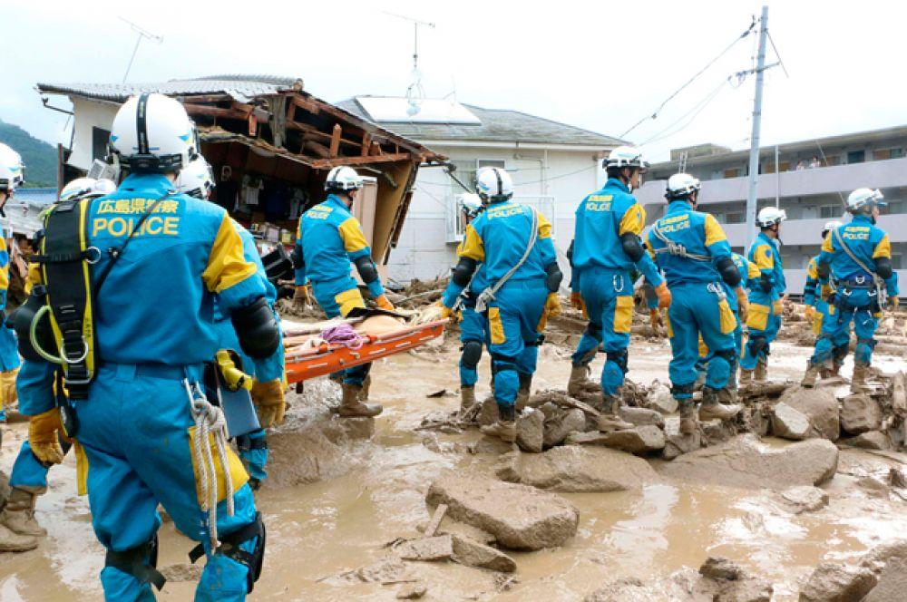Проливные дожди продолжаются также в префектуре Нагасаки и других регионах на западе Японии. Предупреждение «красного» уровня действует для северо-западной части острова Кюсю и префектуры Хиросима.