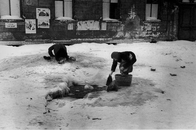В Ленинграде существовали серьёзные проблемы с водой, а на Пискарёвке даже были свои колонки.