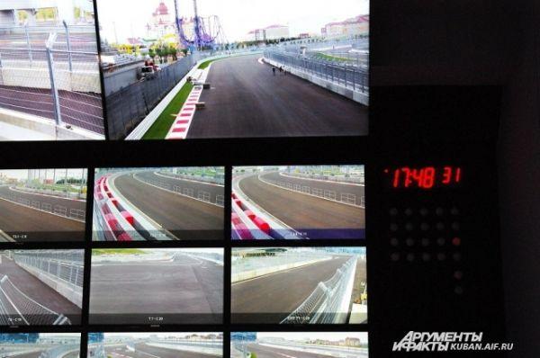 На большой экран выводятся данные многочисленных камер.