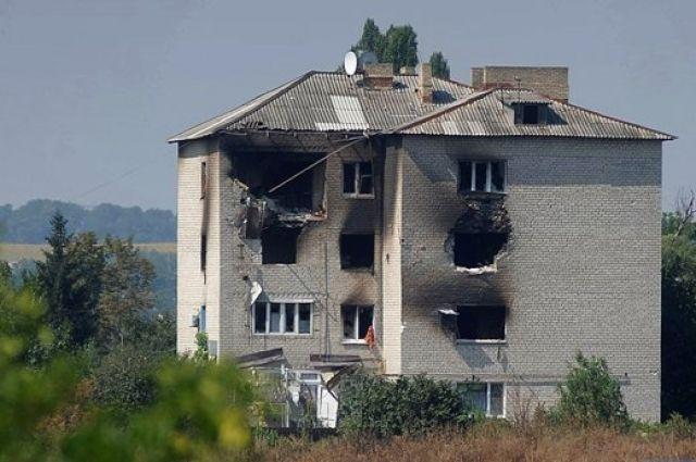 Разрушенный от обстрелов боевиками дом в Донецкой области
