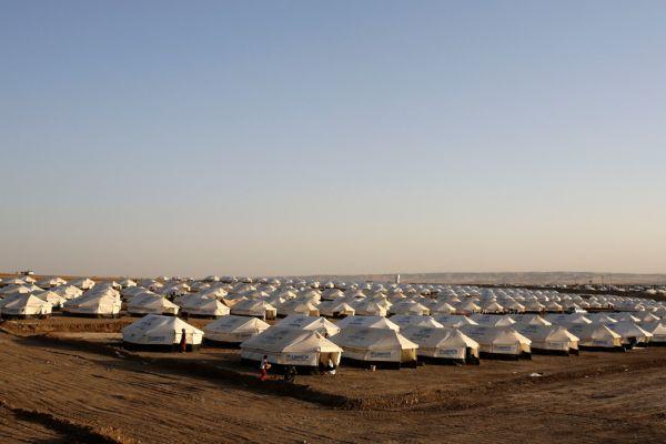 В то же время ситуация с беженцами-езидами, бегущими от расправы исламистов в труднодоступные горные районы и в Сирию остается критической. Глава МИДа Ирака Хусейн Аль-Шахристани обратился к соотечественникам с просьбой не сдаваться.