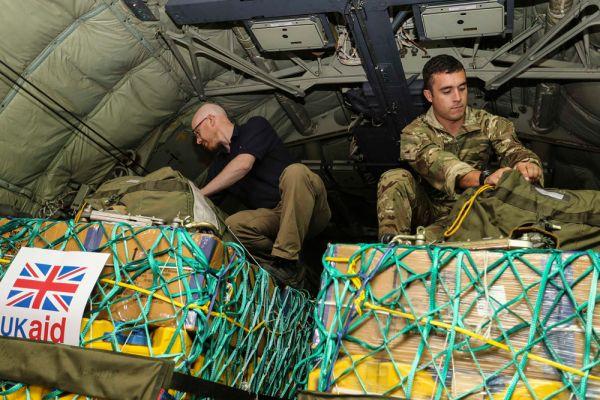 Самолеты США помимо бомб сбрасывали гуманитарную помощь для местных жителей: 17 тысяч литров воды и более 16 тысяч наборов еды.