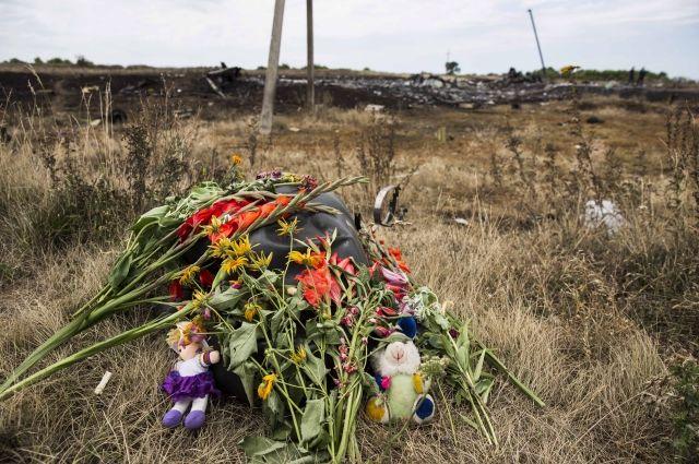 Цветы на месте падения самолета
