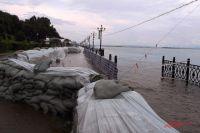 Временная дамба на хабаровской набережной летом 2013 года