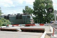 Омский автолюбитель налетел на защитные барьеры переезда.