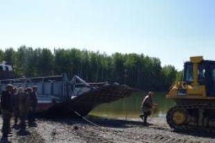 На Камчатке продолжают ремонтировать затонувшую баржу