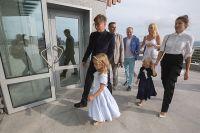 Илья Лагутенко пришёл в театр вместе с семьёй.