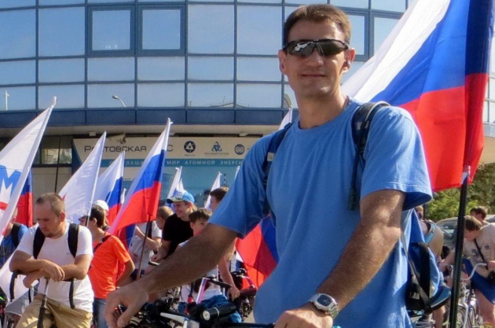 В День Государственного флага России волгодонцы сели на велосипеды и спели гимн страны.