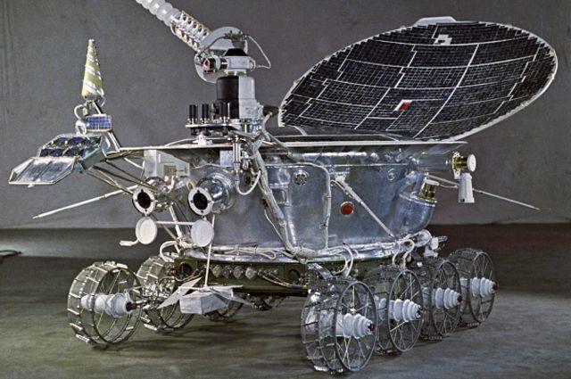 Первый самоходный автоматический аппарат для исследования поверхности Луны — «Луноход-1» — с откинутой солнечной батареей.