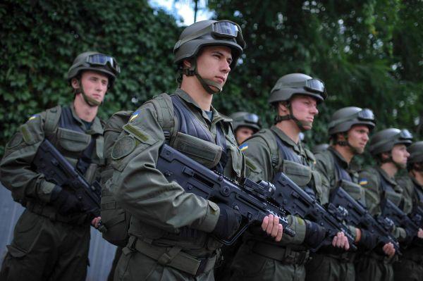 Премьер-министр Украины, Арсений Яценюк передал вооружение для сил АТО