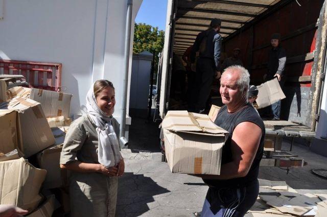 Наталия Королевская координирует отправку гуманитарного груза