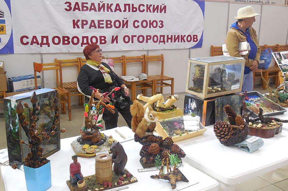 Украшение выставки стали поделки из природного материала, сделанные «золотыми» руками дачников.