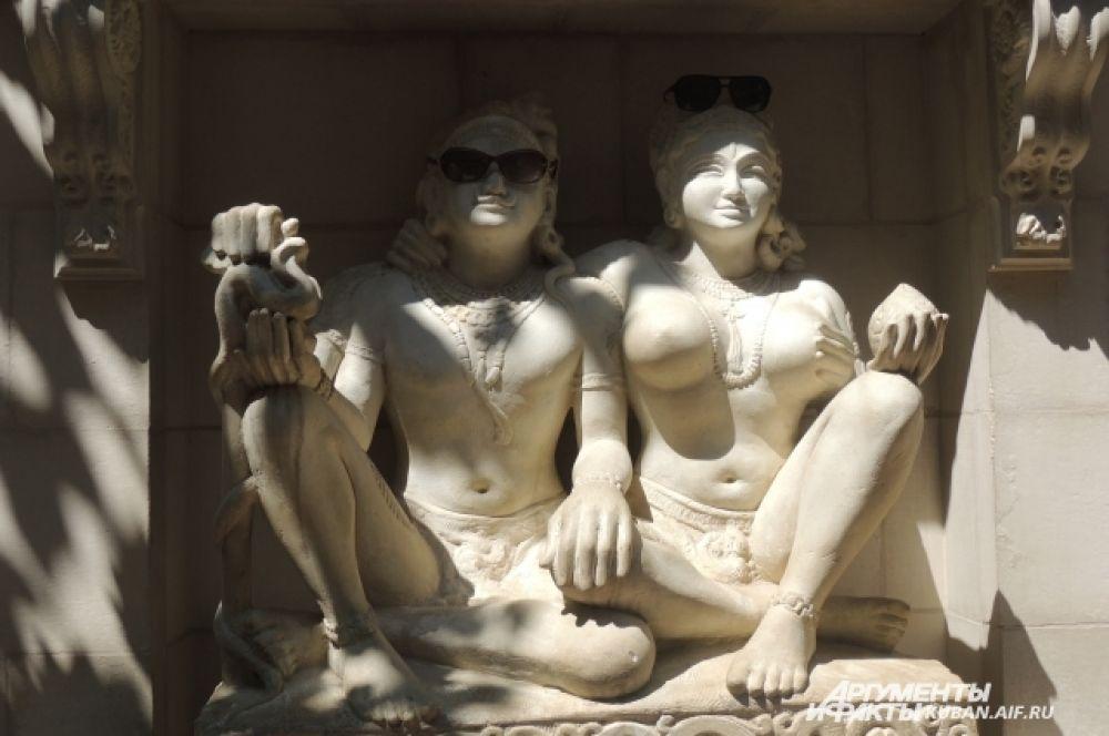 Гости парка надели на восточную статую очки.