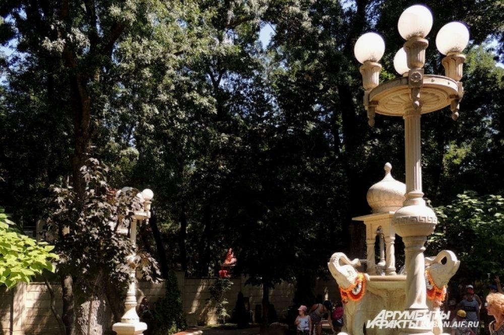 Фонтан у Дома Востока на четыре стороны света с традиционной индийской башенкой.