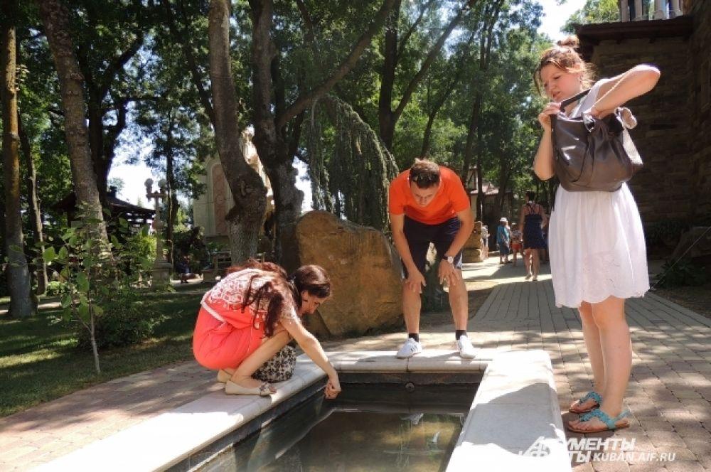 Водоем желаний. Ребята опускают в воду монетки, чтобы их желания сбылись.