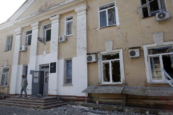 Пока ополченцы Донецка выбивают украинскую регулярную армию с окраин, сам город постоянно обстреливают. Как говорят в штабе ДНР, Киев вновь применяет кассетные снаряды, которые запрещены международными конвенциями. В результате обстрела погибли несколько человек.