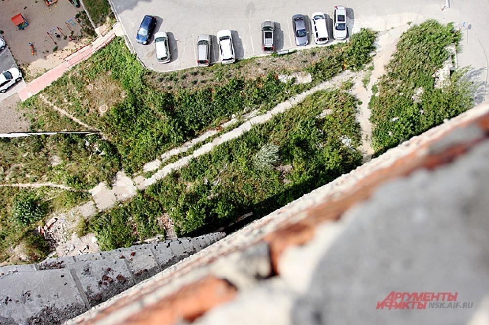 Автомобили жителей соседнего дома - выглядят совсем крошечными с этой высоты...